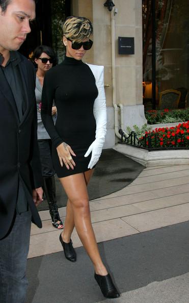 Rihanna+s+unusual+outfit+Eah9MWraR1Il